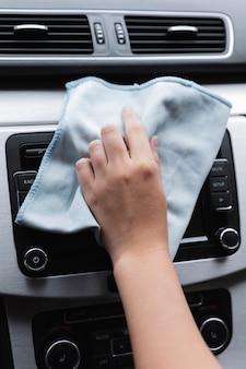Frau, die ihre autonahaufnahme säubert