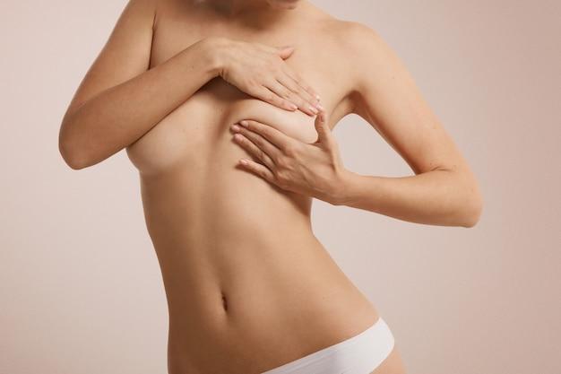 Frau, die ihre brust auf brustkrebs überprüft