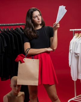 Frau, die ihre einkaufsrechnungen betrachtet