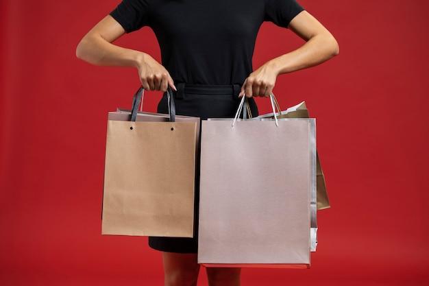 Frau, die ihre einkaufstaschen niederhält