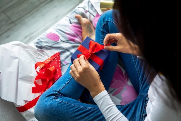 Frau, die ihre geschenke auspackt