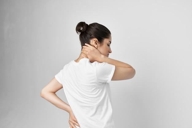 Frau, die ihre gesundheitlichen probleme mit rückenschmerzen im unteren rücken hält