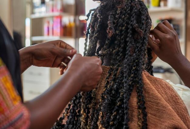 Frau, die ihre haare im salon macht