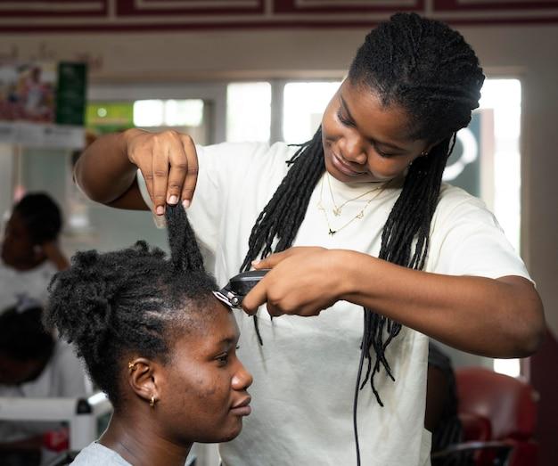 Frau, die ihre haare im schönheitssalon macht