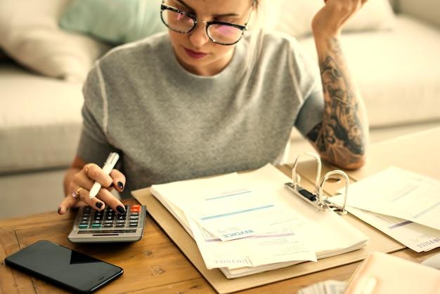 Frau, die ihre hauptfinanzen tut