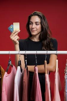 Frau, die ihre kreditkarten betrachtet