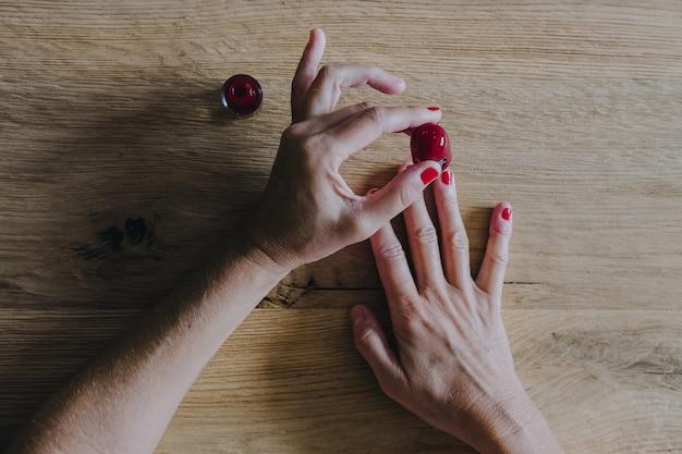 Frau, die ihre nägel malt