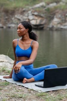 Frau, die ihre schüler yoga-posen unterrichtet