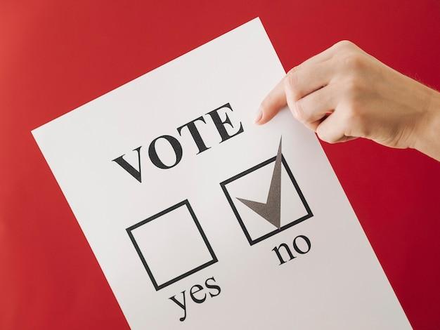 Frau, die ihre wahl auf dem referendum zeigt