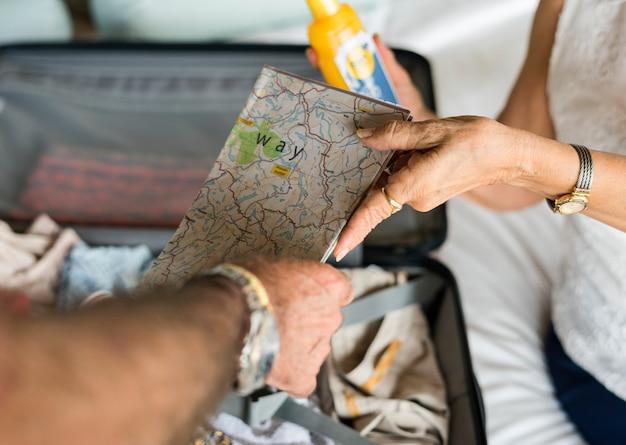 Frau, die ihrem ehemann eine karte übergibt