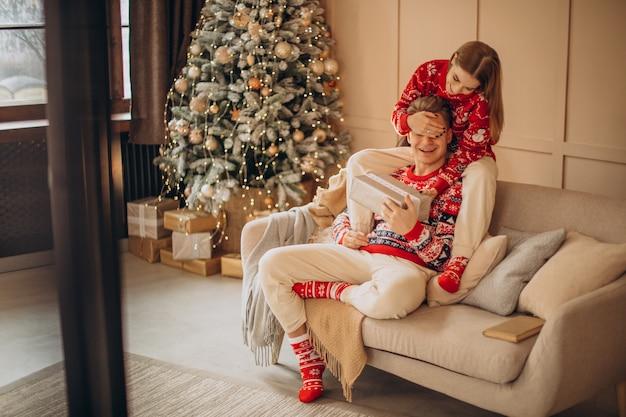Frau, die ihrem freund ein weihnachtsgeschenk macht