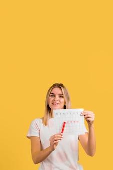 Frau, die ihren ersten tag der menstruation zeigt