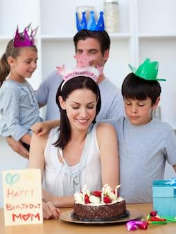 Frau, die ihren geburtstag mit ihrer familie feiert