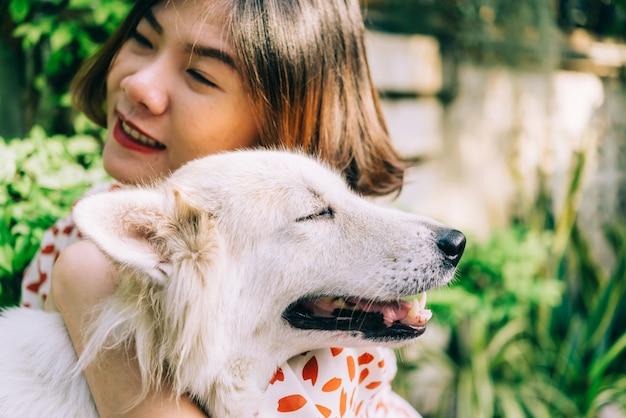Frau, die ihren großen hund, glück und freundschaft der hundefreundlichen haustiernahaufnahme umarmt. haustier und frau.