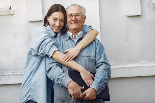 Frau, die ihren großvater umarmt