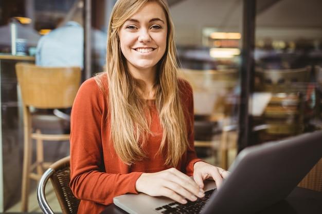 Frau, die ihren laptop verwendet