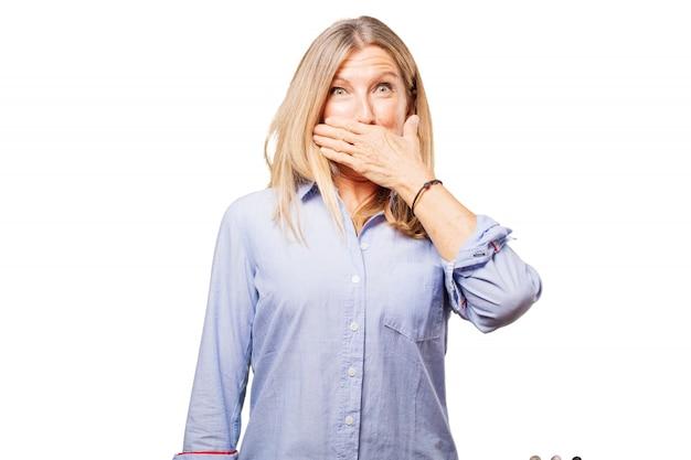 Frau, die ihren mund