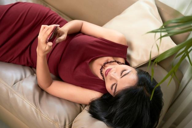 Frau, die ihren smartphone verwendet