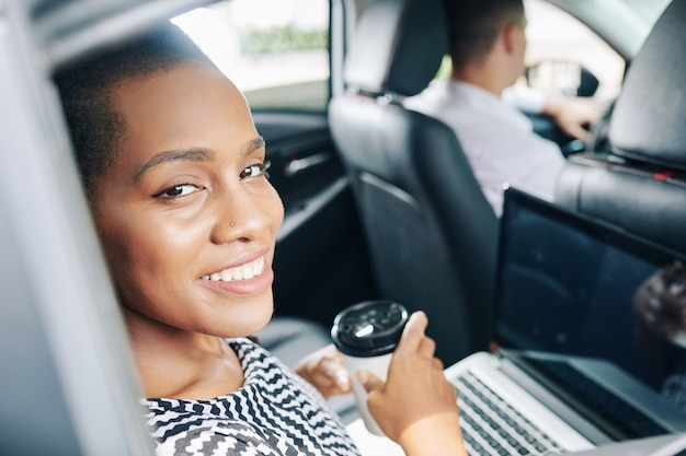 Frau, die im auto arbeitet