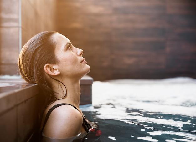 Frau, die im badekurort sich entspannt