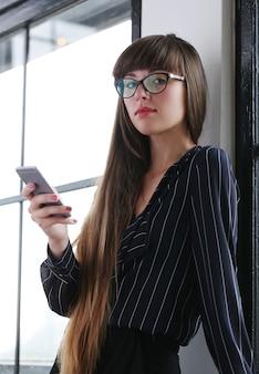 Frau, die im büro arbeitet
