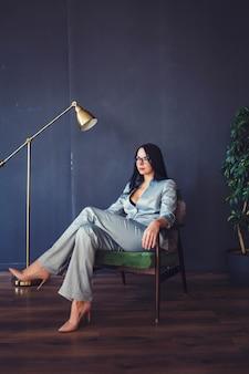 Frau, die im büroinnenraum sitzt