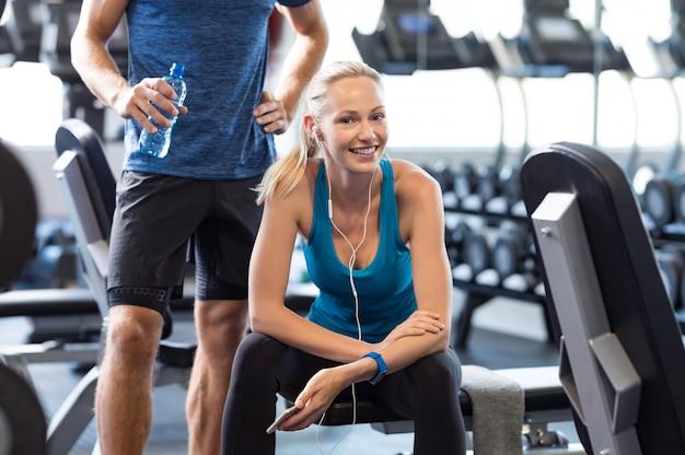 Frau, die im fitnessstudio ruht