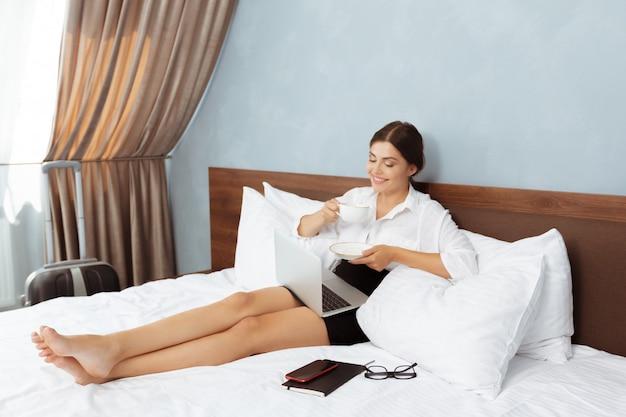 Frau, die im hotelzimmer arbeitet