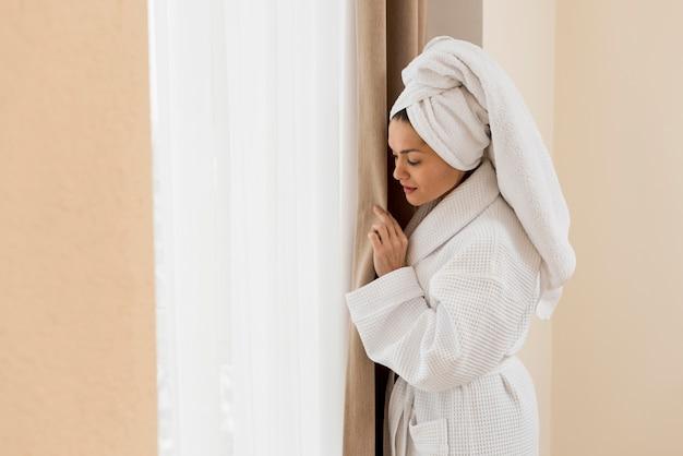 Frau, die im hotelzimmer sich entspannt
