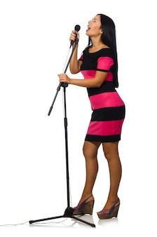 Frau, die im karaokeverein auf weiß singt