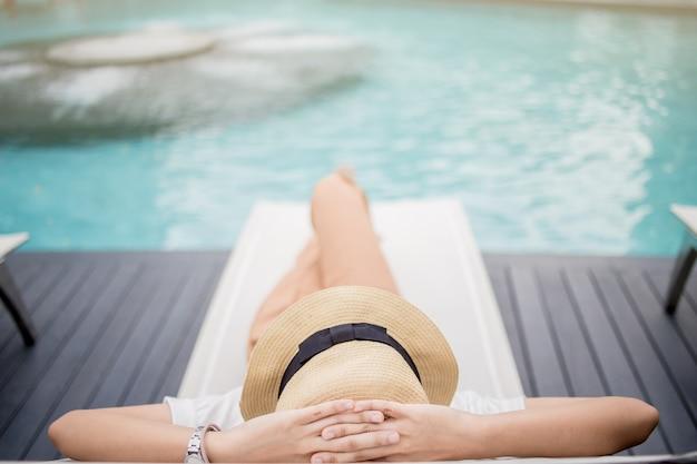 Frau, die im luxushotel, sommerferien sich entspannt