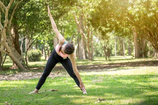Frau, die im park trainiert