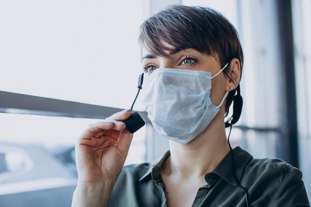 Frau, die im plattenstudio arbeitet und maske trägt