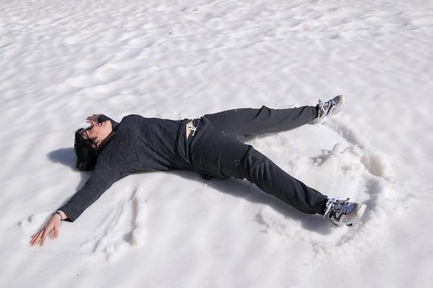 Frau, die im schnee liegt