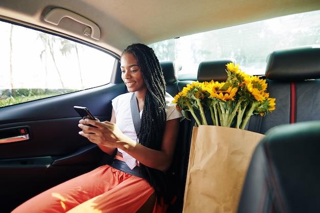 Frau, die im taxi reitet