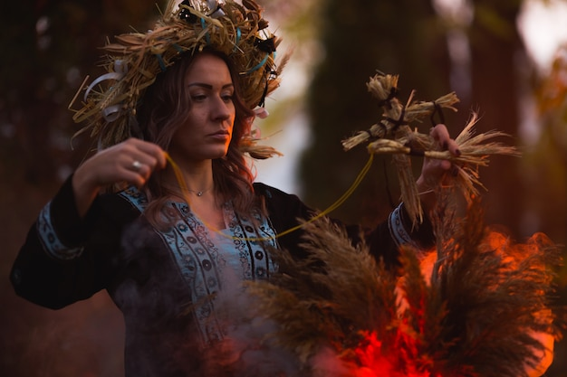 Frau, die in brennendem pentagramkreis, magie sitzt.