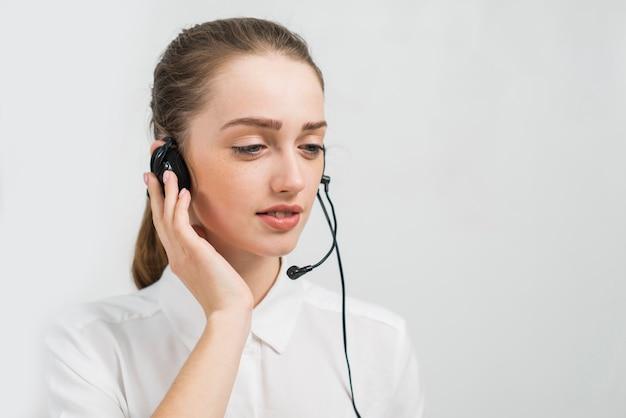 Frau, die in call-center arbeitet Kostenlose Fotos
