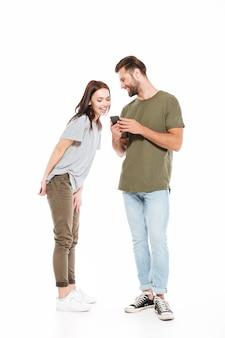 Frau, die in das smartphone des mannes schaut