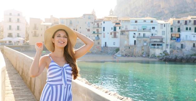 Frau, die in der alten italienischen küstenstadt geht
