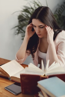 Frau, die in der bibliothek studiert