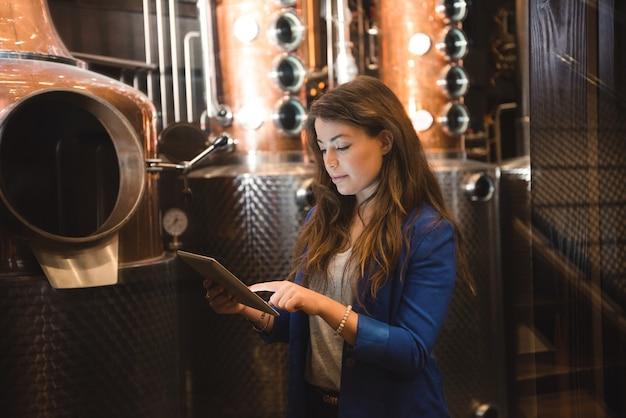 Frau, die in der bierfabrik arbeitet
