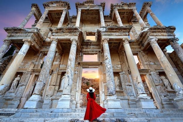 Frau, die in der celsus-bibliothek bei ephesus antiker stadt in izmir, türkei steht.