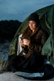 Frau, die in der nacht kampiert