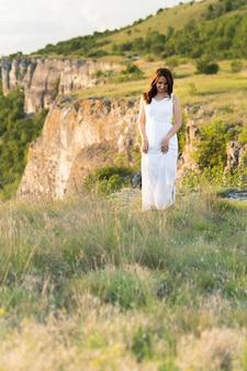 Frau, die in der natur mit bergen aufwirft