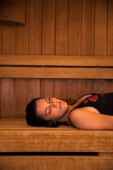 Frau, die in der sauna sich entspannt