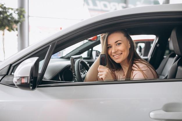 Frau, die in einem auto sitzt