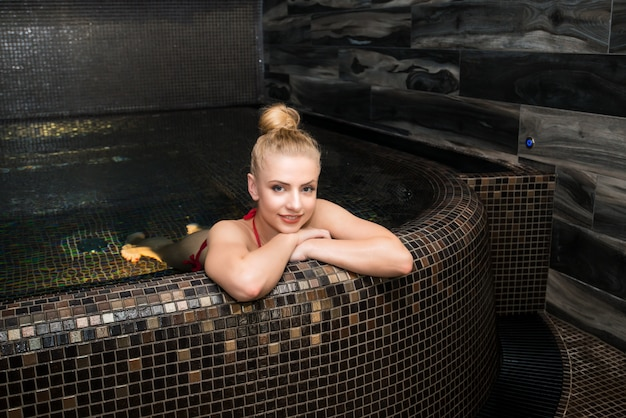 Frau, die in einem badekurort sich entspannt