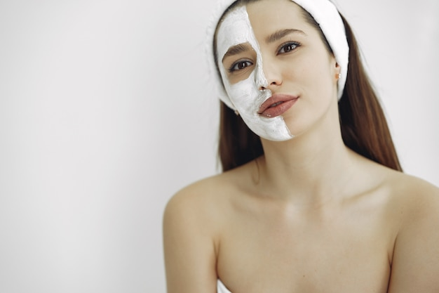 Frau, die in einem kosmetikstudio steht