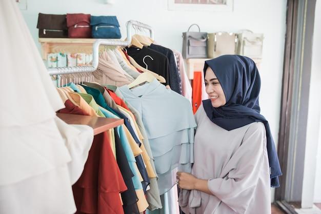 Frau, die in einem modegeschäft einkauft