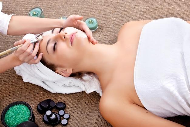 Frau, die in einem spa-salon entspannt